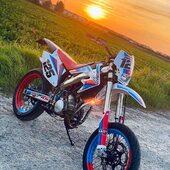 🔵🔴 Petite pose apéro ? #martini ☀️  #gotamdesign #moto #ktm #husqvarna #yamaha #kawasaki #suzuki #honda #beta #derbi #sherco #fantic #gilera #rieju #bikelife #supermot #motocross #enduro #50cc #85cc #125cc #250cc #300cc #450cc #500cc #2stroke #4stroke #ride #chrome